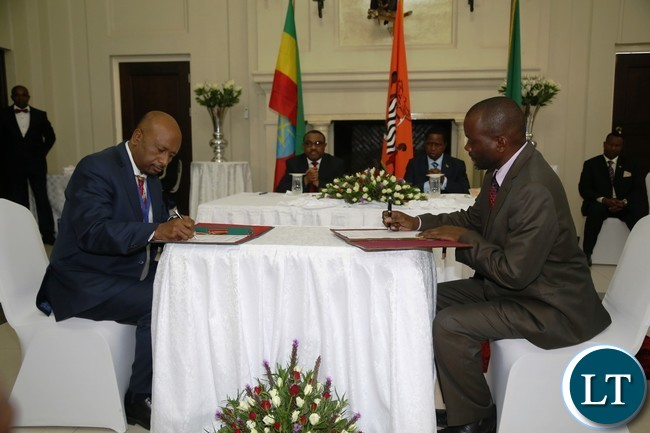 Minister of Water and Development and Sanitation Lloyd Kaziya with Ethiopian Counterpart Minister of Water Irrigation and Electricty  Dr. Seleshi Bekele signs the Memorandum of Understanding in field of Water and energy at State House whilst His Excellency President Edgar Lungu and His Ethiopian Counterpart Prime Minister Hailemariam Dessalagn looks on