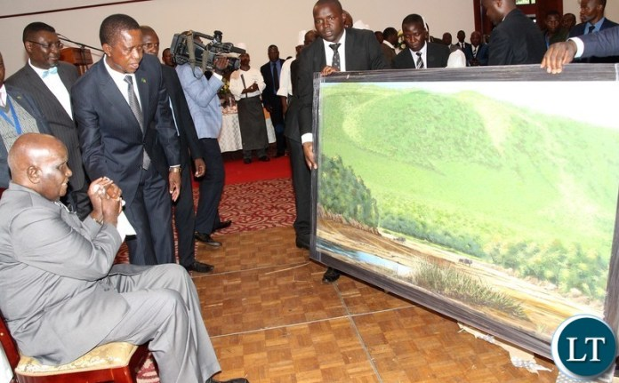 KK receiving from president Edgar Lungu a painting gift of Luangwa valley.