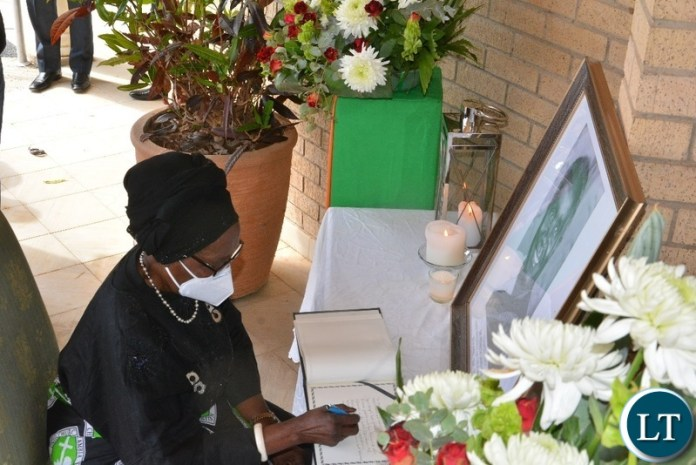 Vice-President ,Inonge Wina signs the book of condolence at KK 's funeral house, for the Late former Frist President of Zambia Dr Kenneth Kaunda In Lusaka.