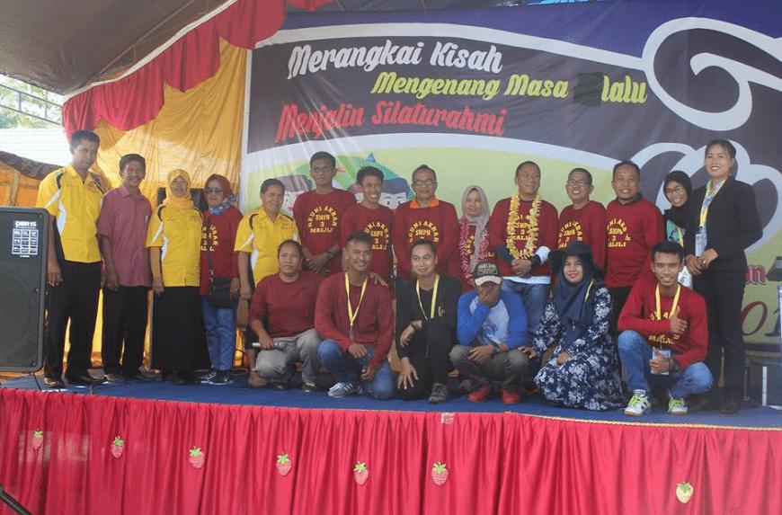 Foto Bersama Peserta Reuni SMP Negeri 3 Malili bersama Wabup Luwu Timur Irwan Bachri Syam dan Ketua IKA Terpilih Asri Tadda