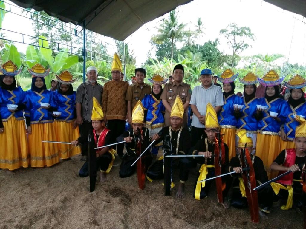Wakil Bupati Luwu Timur Irwan Bachry Syam Berfoto Bersama dengan Kepala Desa Manurung dan Tokoh Masyarakat Setempat dalam Acara Pesta Panen Padungku di Desa Manurung Luwu Timur