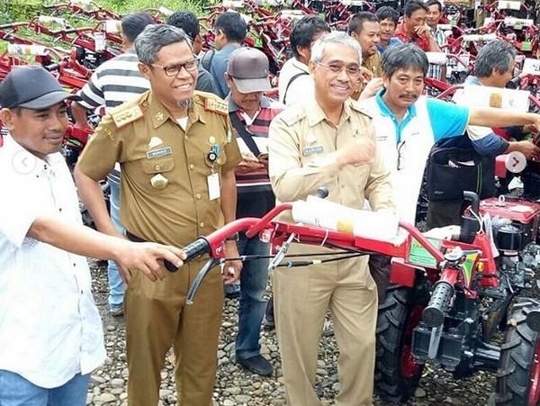 Husler Serahkan Bantuan 100 Unit Traktor