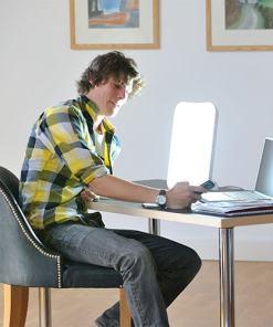 Lampe de luminothérapie Lumie Arabica avec homme