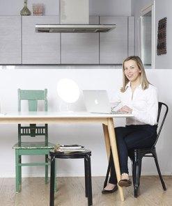 Lampe de luminotherapie Innolux Rondo LED avec une femme