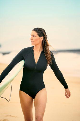 Laury Thilleman en mode surf