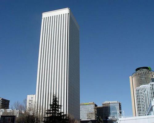 A.Ortega est propriétaire de cet immeuble, la Torre Picasso à Madrid. Prix: 390 millions d'euros.
