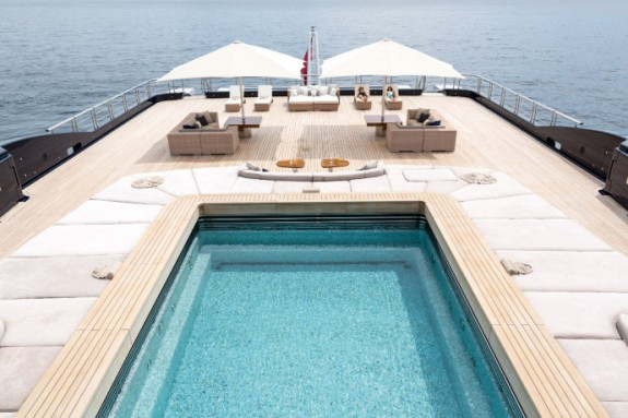 Luna-piscine-Yacht