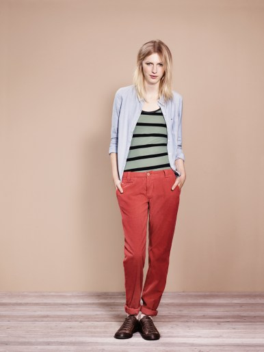 JULIA FROST SHIRT L/S, LIGHT BLUE / CLASSIC WHITE. LINDA STRIPED TANK TOP, GREEN BAY / TOMMY BLACK. DEMI, BAKED APPLE.