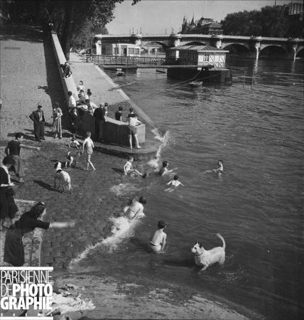 Baignade dans la Seine, près du Pont-Neuf. Paris, vers 1935. © Gaston Paris / Roger-Viollet