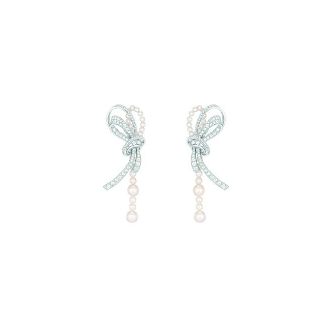 Boucles d'oreilles « Perles de Couture » en or blanc 18 carats serti de 210 diamants taille brillant pour un poids total de 4,6 carats et 44 perles de culture du Japon.