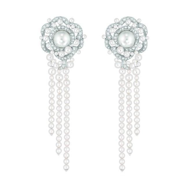 Boucles d'oreilles « Rosée de Camélia » en or blanc 18 carats serti de 126 diamants taille brillant pour un poids total de 3,7 carats, 2 perles de culture des Mers du Sud de 11,3 mm de diamètre et 140 perles de culture du Japon de 2,4 à 5,2 mm de diamètre.