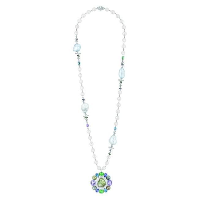 Collier « Perles Baroques »  en or blanc 18 carats serti de 950 diamants taille brillant pour un poids total de 11,2 carats, 50 saphirs bleus et violets taille brillant pour un poids total de 1,2 carat, 3 améthystes taille ovale pour un poids total de 20,9 carats, 3 tourmalines bleu-vert et vertes taille ovale pour un poids total de 17 carats,  4 aigue-marines pour un poids total de 8,5 carats, 2 tanzanites bleues taille poire pour un poids total de 7 carats, 5 perles de culture baroques d'Australie, 35 perles de culture des mers du Sud de 11 à 12 mm de diamètre, 4 perles de culture de Tahiti de 11,5 à 11,8 mm de diamètre et 28 perles de culture du Japon. Pendentif amovible, peut être porté en broche.