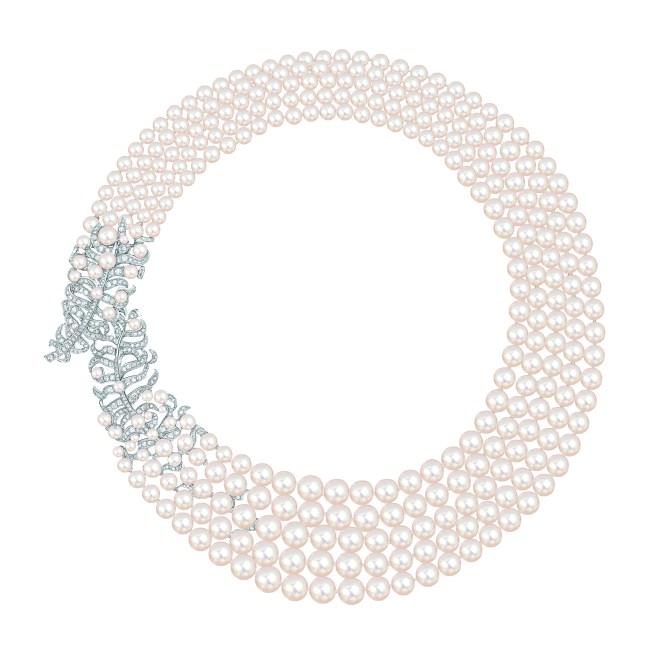 Collier « Plume Perlée de CHANEL» en or blanc 18 carats serti de 362 diamants taille brillant pour un poids total de 5 carats et 320 perles de culture du Japon de 2,8 à 9,5 mm de diamètre.