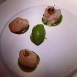 Belle langoustine. Medaillons marinés à cru / bergamote / the matcha / oursin / sorbet aux herbes #greygoose