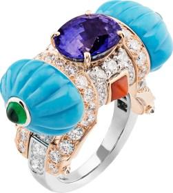 Or blanc, or rose, diamants ronds et taille poire, turquoise, corail, émeraudes taille cabochon, un saphir violet ovale de 5,15 carats (origine : Sri Lanka).