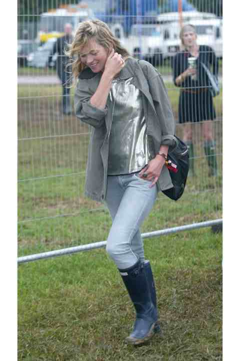 54a90cd7376c0_-_kate-moss-glastonbury-7