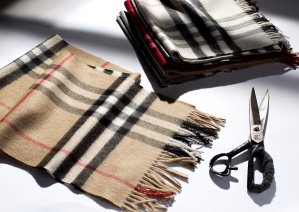 The Burberry Classic Cashmere Scarf - Craftsmanship Image_016