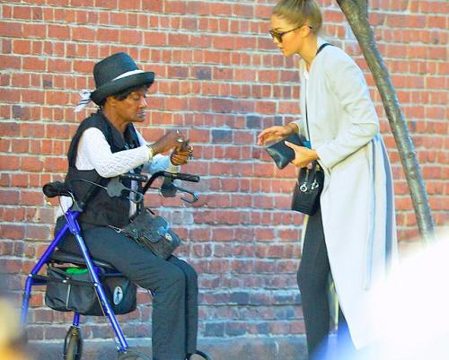 Aidant une femme handicapée dans les rues de NY...
