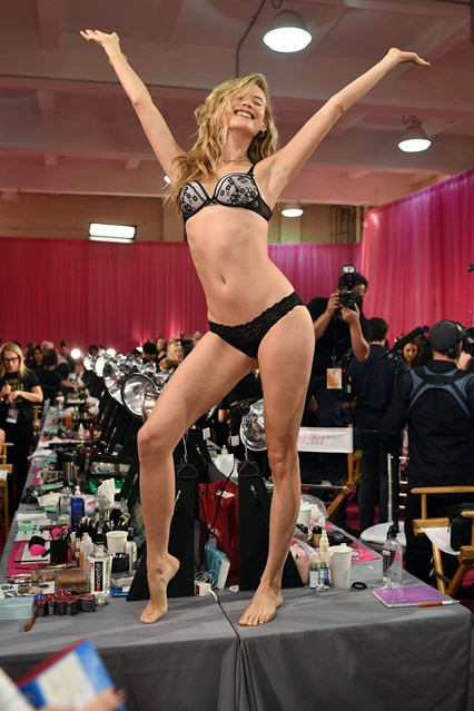 behati-prinsloo-vs-2-10nov15-getty_b_426x639