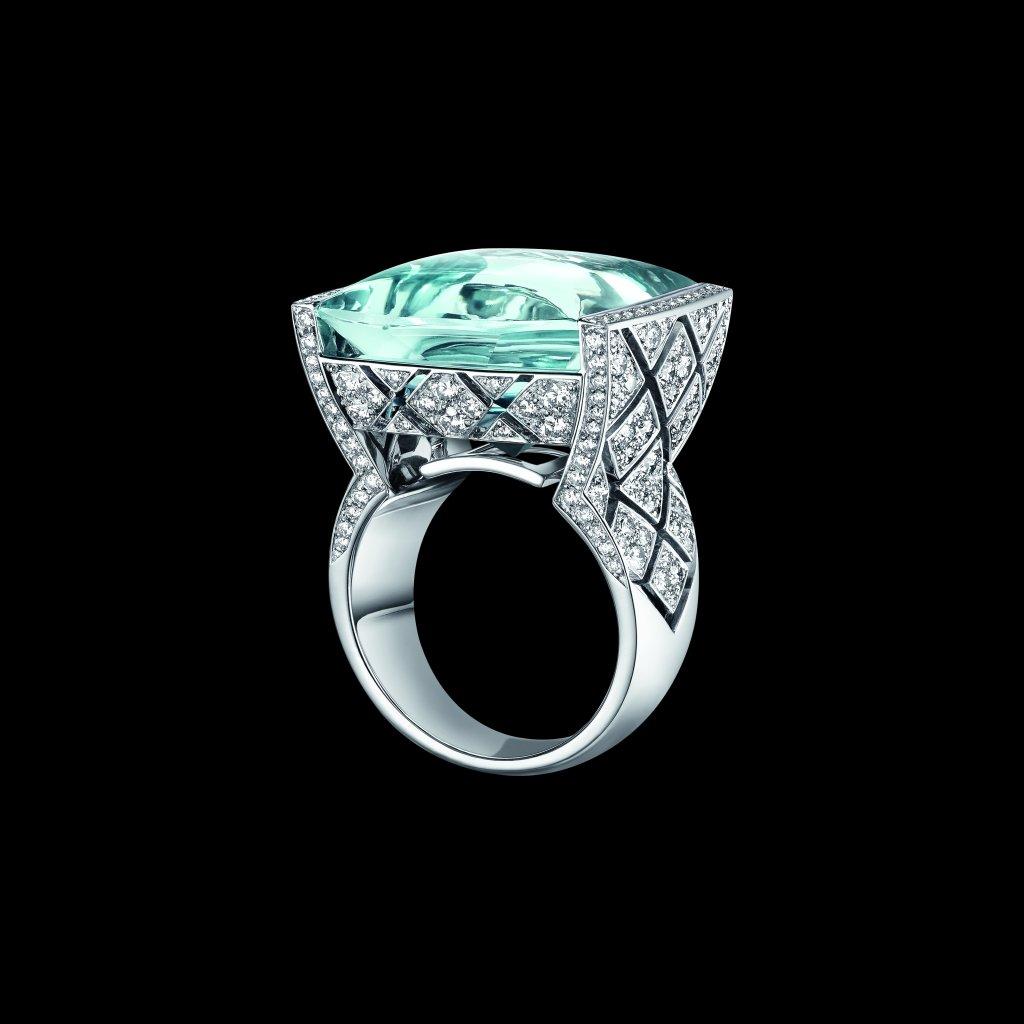 """Bague """"Signature Acidulée"""" en or blanc 18K serti d'une aigue marine taille cabochon de 23 carats et 216 diamants taille brillant pour un poids total de 2,1 carats. Photo par CHANEL Joaillerie"""