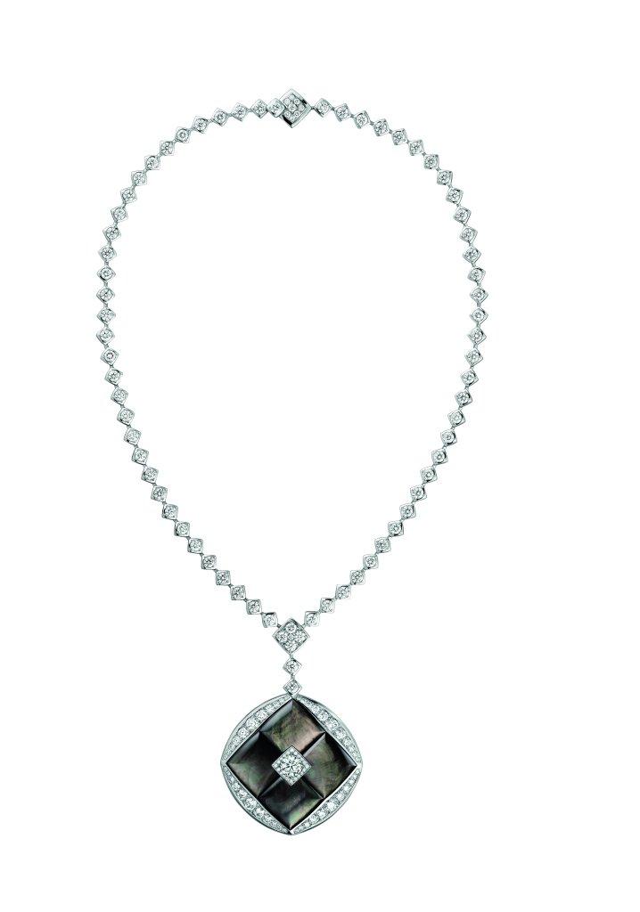 """Collier """"Signature de Nacre"""" en or blanc 18K serti d'un diamant taille brillant d'un carat, 205 diamants taille brillant pour un poids total de 14,8 carats et nacre sculptée. Photo par CHANEL Joaillerie"""