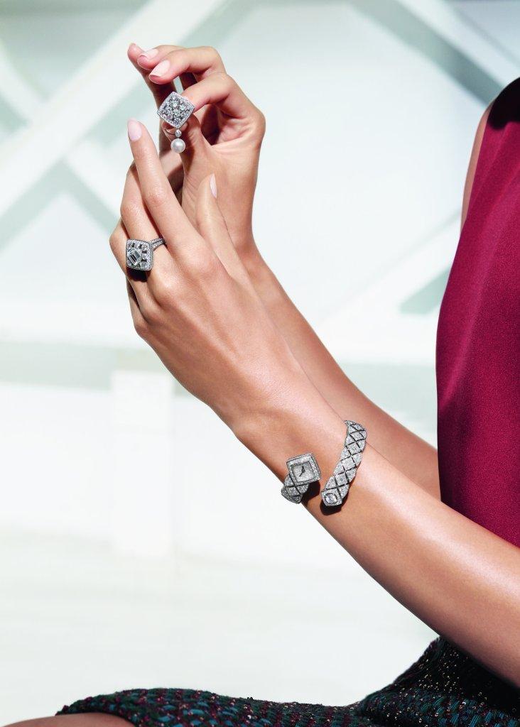 """Boucles d'oreilles """"Signature de Perles"""" en or blanc 18K serti de 160 diamants taille brillant pour un poids total de 7,9 carats et de 2 perles de culture du Japon. Bague """"Signature de Perles"""" en or blanc 18K serti d'un diamant taille émeraude de 3 carats et de 162 diamants taille brillant pour un poids total de 2,8 carats. Montre """"Signature Duo"""" en or blanc 18K serti de 668 diamants taille brillant pour un poids total de 13,5 carats. Mouvement quartz. Photo par CHANEL Joaillerie"""