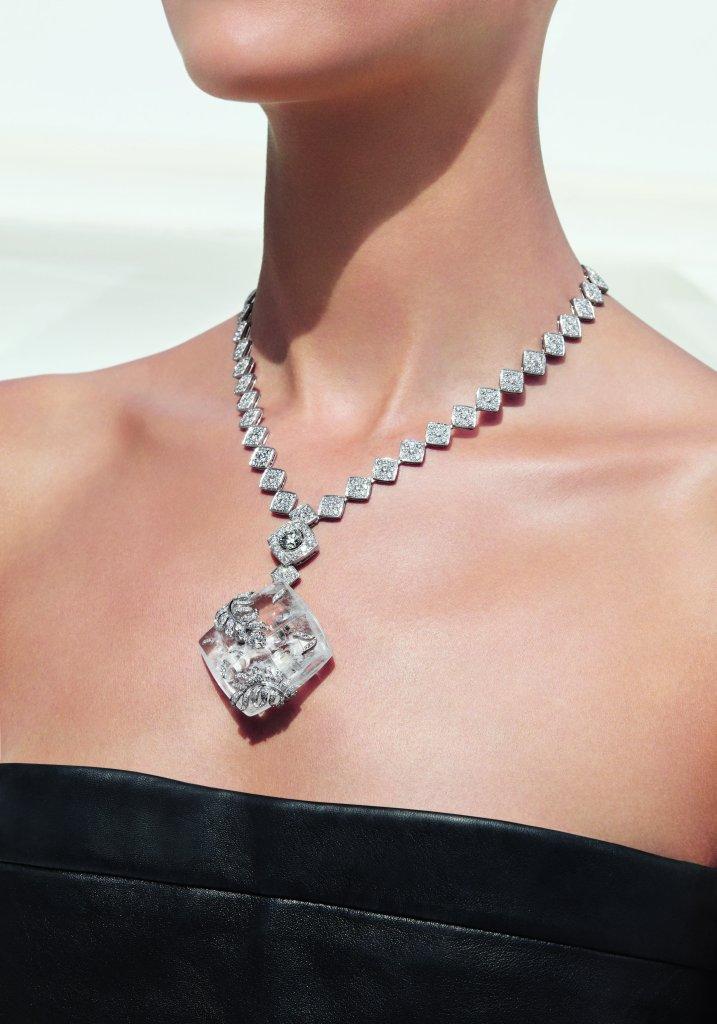 """Collier """"Signature Cocoon"""" en or blanc 18K serti d'un diamant taille brillant de 1,5 carat, 652 diamants taille brillant pour un poids total de 16,7 carats et cristal de roche sculpté. Photo par CHANEL Joaillerie"""