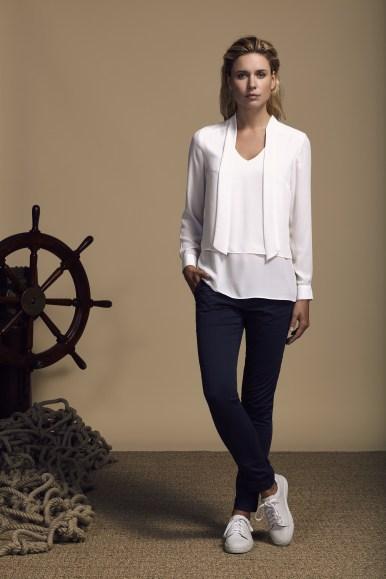 COM 2015 : Look Book Femme Printemps-Ete 2016 - Look 9 - chemise ivoire en soie sur pantalon bleu en coton. Eden Park Spring-Summer 2016 Womens look book - look 9 - ivory silk shirt on blue cotton trousers.