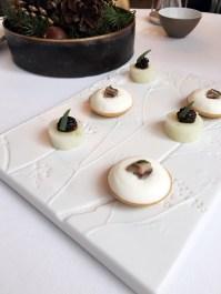Tartelette yaourt, sardine espagnol, oignon rouge Radis, miso aux arachides et tagette