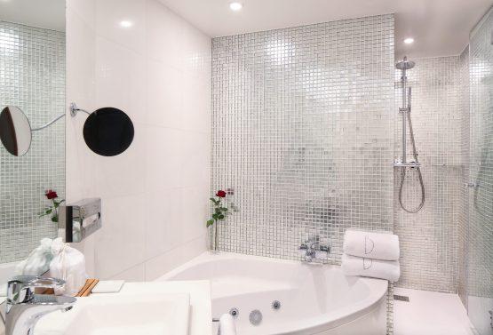 B12 Deluxe Bathroom -Edit
