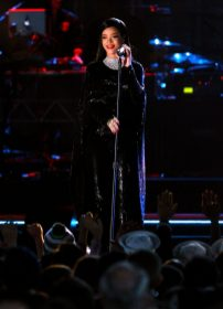 """WASHINGTON, DC - NOVEMBER 11: Singer Rihanna performs onstage during """"The Concert For Valor"""" at The National Mall on November 11, 2014 in Washington, DC. (Photo by Kevin Kane/Getty Images for HBO)"""