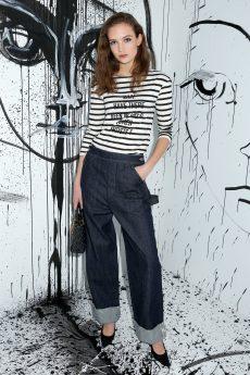 Adrienne Juliger portait un tee-shirt en coton blanc à rayures noires Dior et imprimé « Why Have There Been No Great Women Artists » ainsi qu'un jean Dior. Elle portait également des souliers Dior et un sac « Lady Dior ».