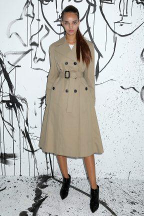 Ellen Rosa portait un trench-coat en coton beige Dior. Elle portait également des bottines Dior.