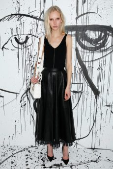 Jessie Bloemendaal portait une jupe à franges en cuir noir Dior. Elle portait également des souliers Dior et un sac « Lady Dior ».