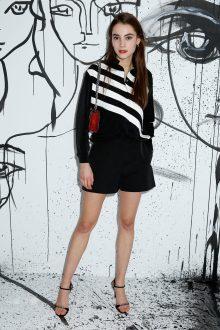 Romy Schonberger portait une veste en nylon noir à rayures blanches Dior et un short en nylon noir Dior. Elle portait également un sac Dior « Addict » et des souliers Dior