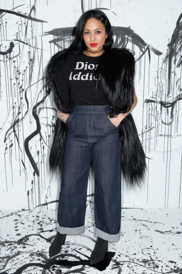 Venus X portait un manteau en fourrure noire Dior, un tee-shirt en coton noir Dior avec l'imprimé « Dior Addict » et un jean Dior. Elle portait également un collier Dior.
