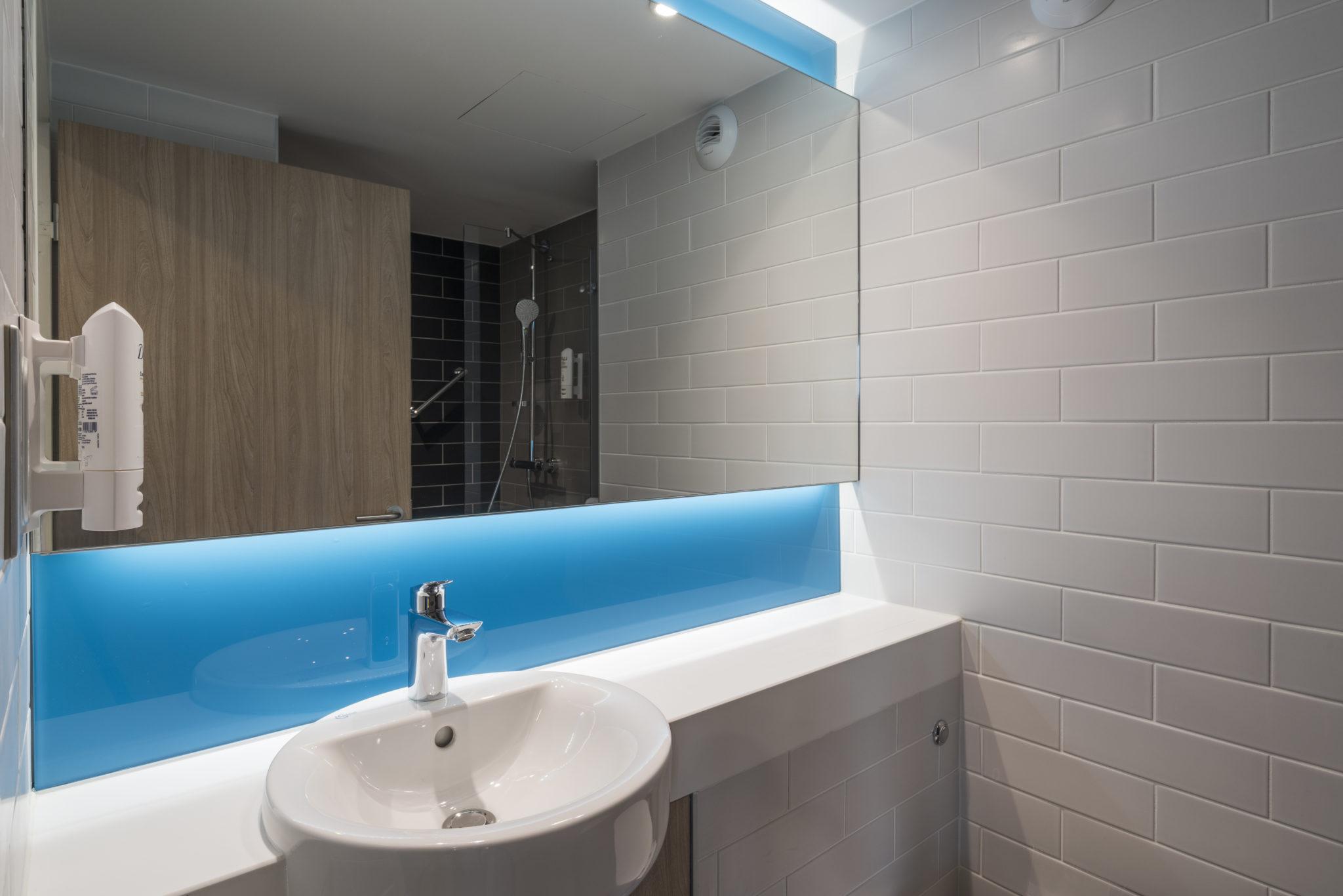 Holiday Inn Express Paris CDG Airport Bathroom