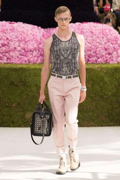 Un pantalon rose et des fleur : forcément masculin ? ou hommage à l'amour de Monsieur Dior pour les fleurs...
