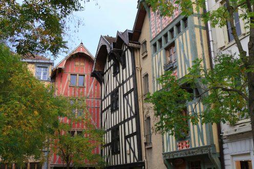 place st Jean au marché avec maisons à pans de bois