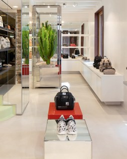 Burberry Opens Pop Up Store In Nammos Village_004