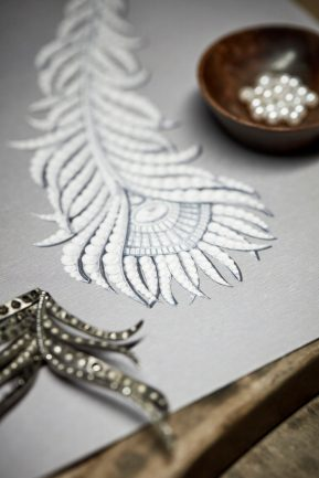 boucheron-collection-hj-signature-presentation-du-motif-central-avant-sertissage-du-collier-plume-de-paon-xl-sur-son-gouache-jpg-6.