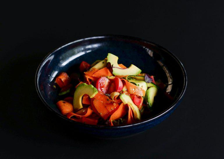 Salade de légumes croquants du moment, avocat, tomates et pickles de radis