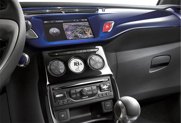 Decors on the dashboard strip, air vent surrounds and gear stick knob are also colour-coded to the body paint and soft-top. Six decors are available - grey, Brillant black, white, Carbotech, Infinite blue and Moondust grey.