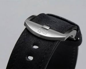 They decided to fit the Nordic Seasons watches with a strap in soft and velvety Nubuck leather. The natural-looking surface of the straps blends well with the Damascus steel finish. These GoS straps are handmade in Switzerland by a Swedish artisan and are fitted with screwed lugs.