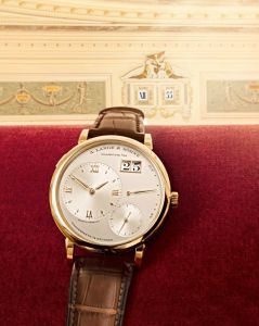 About 150 years later, it inspired A. Lange & Söhne in the creation of another world premiere: The Lange 1, with the first ever outsize date indication in a series-production watch. The Lange outsize date is also a characteristic feature of the new A. Lange & Söhne Grand Lange 1, which is about to come onto the market, providing a good opportunity to revisit the history behind the famous twin apertures.