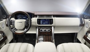 Within the cabin, the all-new Range Rover provides occupants with a sensation of serene isolation, meeting the highest luxury car standards for refinement. Measures like the rigorously optimised body structure and acoustic lamination of the windscreen and side door glass have significantly reduced noise levels, while the new suspension architecture has enabled engineers to achieve even more luxurious ride comfort and refinement.