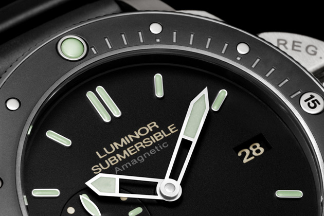 Behind the quintessential black dial, with its distinctive applied linear hour markers coated with Super-LumiNova®, lies the P.9000 automatic movement, executed entirely by the Officine Panerai manufacture in Neuchâtel. With a diameter of 13¾ lignes, 28 jewels, a variable inertia balance and Incabloc® anti-shock protection, the movement is distinguished by the precision of its construction and by the two spring barrels, which are continually wound by an oscillating rotor in both directions, providing a power reserve of three days.