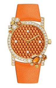 The Attrape-moi… si tu m'aimes collection has been putting the bee centre-stage since 2007 and today a very High Jewellery scenario has been written especially for it… The bee, represented by an orange sapphire cabochon stone, is set on the bezel and seems to want to join the honeycomb pattern made of diamonds and yellow and orange sapphires as it follows a sparkling path of diamonds that runs around the extraordinary dial.