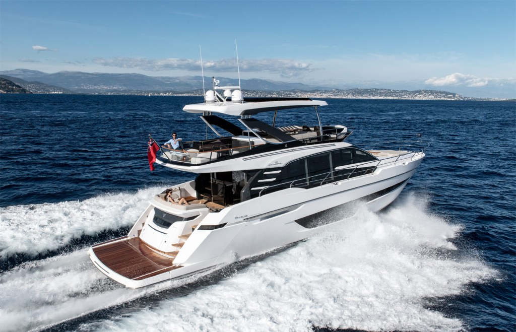 Fairline Yachts Squadron 68 sea cruising