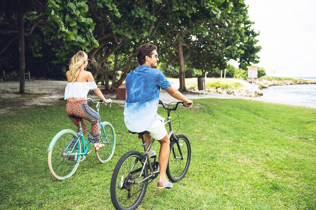Couple exploring Palm Beaches by bicycle